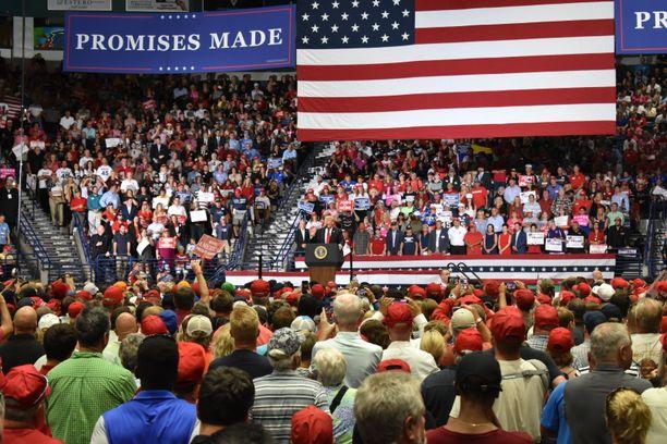 Donald Trump veti runsaasti väkeä kampanjatapahtumaan Floridassa.