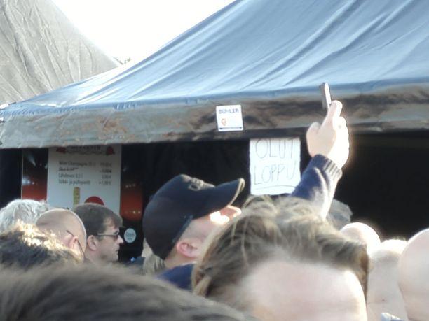 Kalja loppui ainakin osassa myyntipisteistä Guns N' Rosesin keikalla Hämeenlinnassa. Telttaan kiinnitettiin kyltti, jossa sanottiin, että olut on loppu. Tapahtuman järjestäjän mukaan olutta sai kuitenkin pitkissä perusbaareissa.