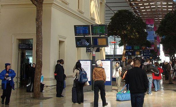 Happohyökkäys tapahtui Saint-Charlesin rautatieasemalla Marseillesissa. Naiset olivat matkalla Marseillesista Pariisiin.