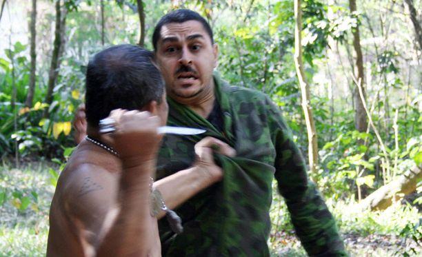 RÄÄKKI. Hengenvaarallinen veitsitaistelu käytiin joessa. Arman Alizad (takana) pelkäsi kuollakseen.
