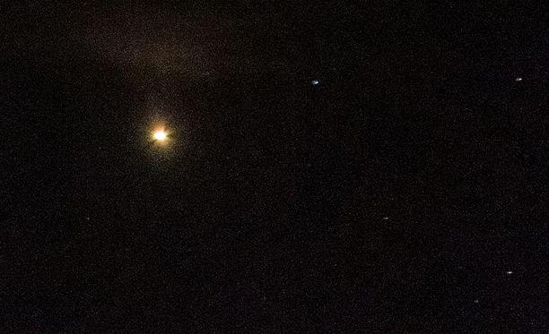 Mars erottuu planeetoista selkeimmin oranssin kajonsa vuoksi. Kuvituskuva Marsista yötaivaalla.