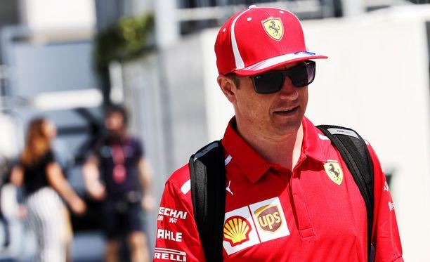 Kimi Räikkönen saapui torstaina Bakun varikolle tutut aurinkolasit päässään.