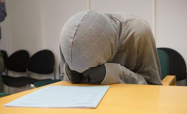 21-vuotias epäilty esiintyi vangitsemisoikeudenkäynnissä tiukasti hupun piilossa.