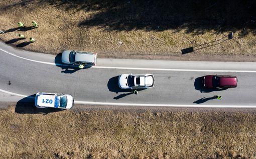 Mies kiihdytti hurjaa vauhtia Uudenmaan suljetun rajan yli – karisti poliisit perästään kaksi kertaa, pitkä lista rikosepäilyjä