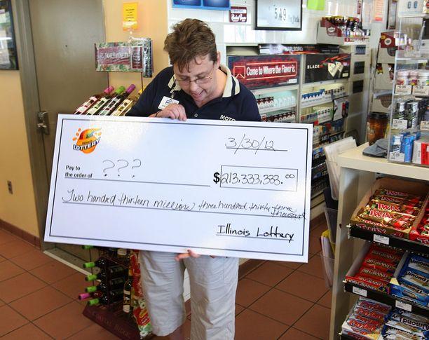 Illinoisin Moto Martin johtaja esittelee shekkiä, jonka lottoviranomaiset antoivat hänelle. Liike myi yhden megapotin voittokupongin. Ostaja ei ole paljastanut henkilöllisyyttään. Muut voittokupongit myytiin Marylandissa ja Kansasissa.