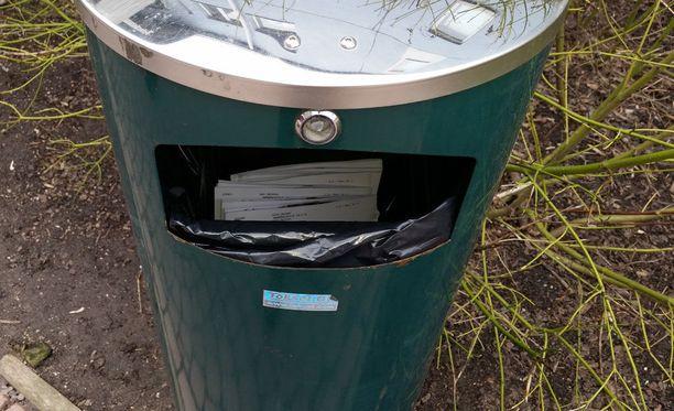 Postit löytyivät roskiksesta Pikku Huopalahden ala-asteen vieressä.