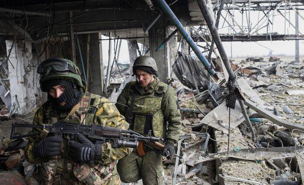 Venäjä-mieliset separatistit partioivat Donetskin täysin tuhotulla lentokentällä helmikuun lopulla.