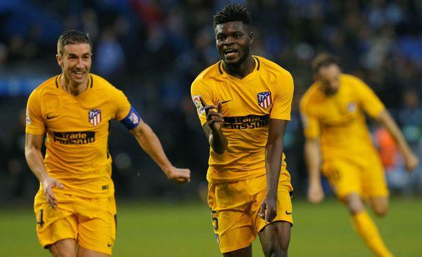 Ghanalainen Thomas Partey yrittää juostaa karkuun Atlético-kapteeni Gabilta.