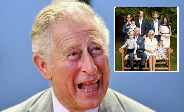 Prinssi Charlesin virallisessa hovin syntymäpäiväkuvassa Harry koskettaa intiimisti Meghania.