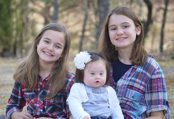 Emmy ja sisaret Evynn (vas.) ja Rhyan.
