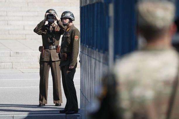 Panmunjomin yhteisellä turvallisuusalueella Koreoiden sotilaat ovat käytännössä kasvotusten.
