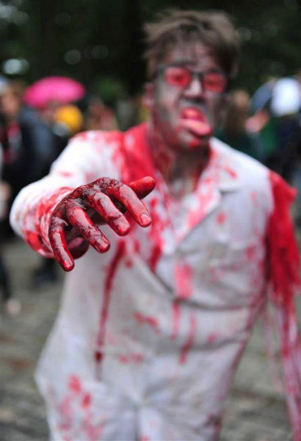 Turun ensimmäinen Zombiewalk keräsi yhteen ainakin 150 elävää kuollutta.