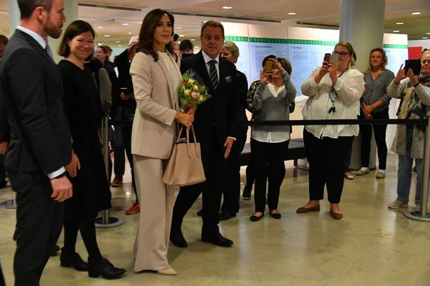 Kruununprinsessa Mary sonnustautui vaaleaan housupukuun vierailullaan Helsingissä.
