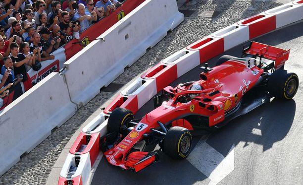 Vettel ei onnistunut pitämään Ferrariaan milanolaisella katuradalla. F1-auton etusiivellä on hintaa satoja tuhansia euroja.