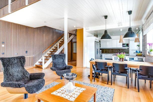 Asuntomessujen vanhasta kohdeluettelosta selviää, että tämän omakotitalon määritelmiä olivat vähähiilisyys, ekotoimivuus ja energiatehokkuus. Sormipaneeli vaikuttaa olleen suosittu tehokeino vuonna 2012. Sormipaneelia näkyi myös viime vuoden asuntomessukohteissa Porissa.