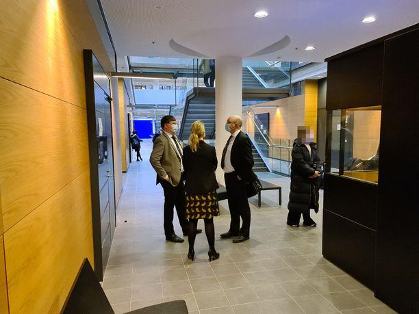 Syyttäjät Yrjö Reenilä (vas.) ja Satu Pomoell sekä asianomistajien asianajaja Janne Juutinen keskustelivat käräjäoikeudessa ennen maanantain istunnon alkua.