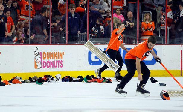 Brayden Schennin hattutemppu aiheutti hattujen tulvan Flyersin kotikaukalossa.