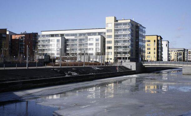 Helsingin Aurinkolahdessa sijaitseva asunto on 91-neliöinen kolmio, johon kuuluu myös sauna ja parveke.