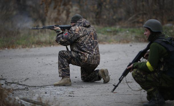 Ukrainan vapaaehtoiset ampuivat Donetskissa marraskuussa.