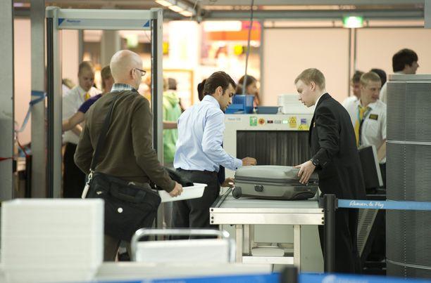 Varaudu jonottamaan. Vartiointialan lakko vaikuttaa myös lentokentän turvatarkastuksiin.