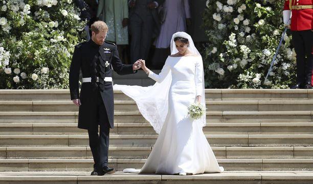 Tästä alkoi Meghan Marklen kuninkaallinen elämä ja hänestä tuli Sussexin herttuatar Meghan. Tuoreen kuninkaallisen hääpuku on Givenchyn mittatilauspuku ja sen hinta hulppeat 377 000 euroa.