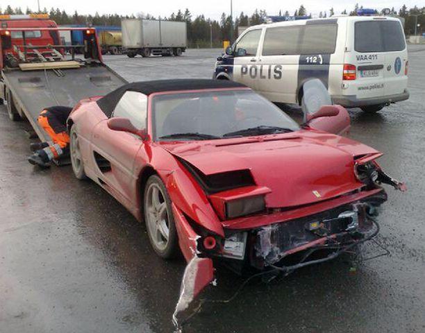 Edes ferrarit eivät ole tuhoutumattomia. Tämä punainen urheiluauto suistui tietä vierustavaa kaidetta päin Vaasassa.