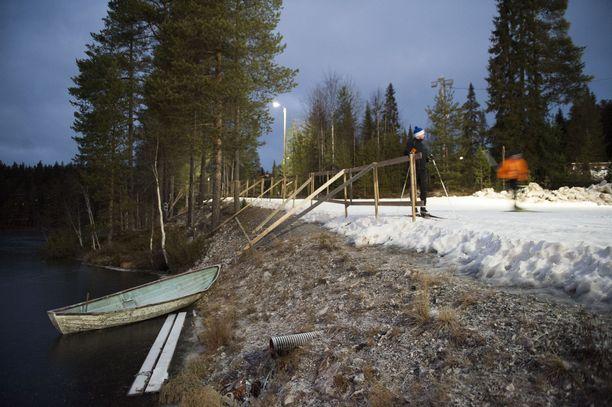 Pelastusvene on rannassa lähes jäätyneessä Talvijärvessä.
