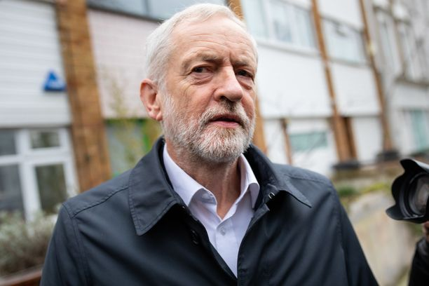 Oppositiojohtaja Jeremy Corbyn on vaatinut uusia parlamenttivaaleja. Niitä ei tosin keritä järjestää ennen kuin brexit astuu voimaan.