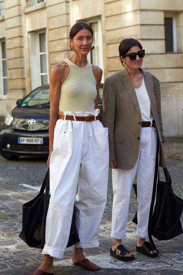 Maanläheiset sävyt toimivat kauniisti valkoisen rinnalla. Perustoppi, t-paita ja bleiseri ovat täydelliset kaverit valkoiselle farkulle! Vogue Ukrainan toimittaja Julie Pelipas näyttää mallia.