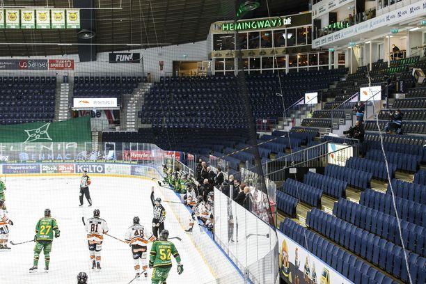 HPK ja Ilves ottavat yhteen tyhjässä Hakametsässä. Katsomossa on median edustajia.