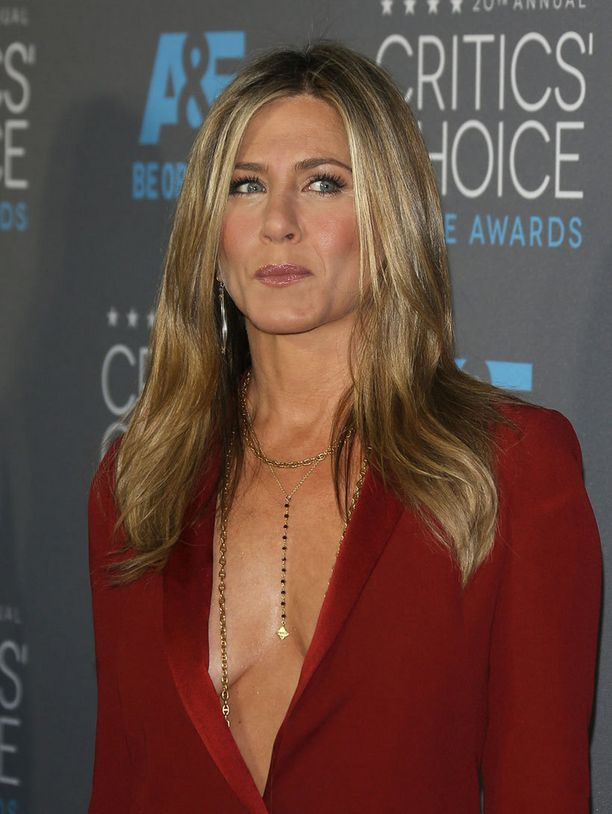 Kaulakoru toi lisähuomiota Jenniferin rinnan alueelle.