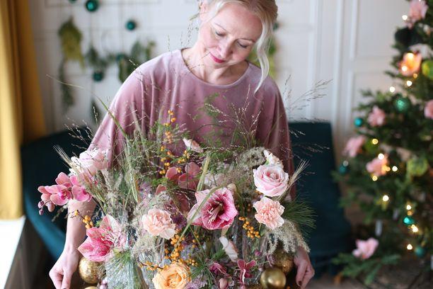 Floristi Saija Sitolahti kannustaa olemaan luova joulukukkien kanssa.