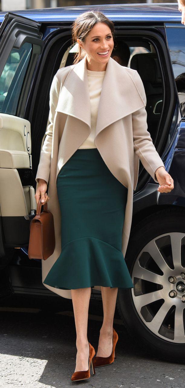 Syvää vihreää ja tyylikästä vaalean beigeä nähtiin Meghanin yllä jo alkuvuoden Irlannin matkalla. Sekä kapea midihame että klassisen mallinen takki lukeutuvat Meghanin suosikkeihin. Toffeen sävyiset asusteet viimeistelevät lookin kauniisti.