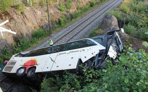 Tuhoisa onnettomuus vaati neljän ihmisen hengen, yli 20 loukkaantui: Kuopion turmabussin kuljettajalle syytteet