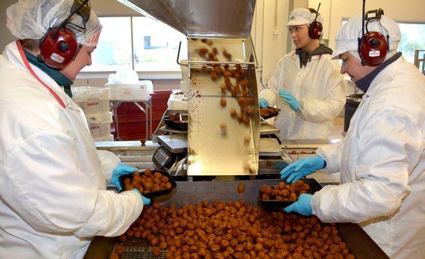 Minna, Maija ja Fanny pakkaavat Palvarin lihapyöryköitä Kivikylän Säkylän tehtaalla.