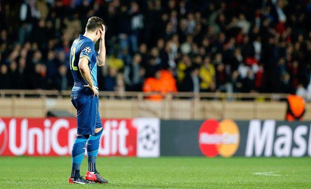 Arsenalin Olivier Giroud manaa menetettyä tilannetta.