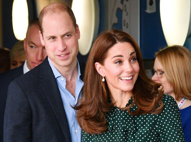 Prinssi William ja herttuatar Catherine olivat kuningattaren valvovien silmien alla ennen kihlautumistaan.