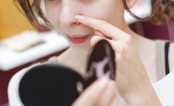 Mustapäitä syntyy, kun talirauhasen toiminta on aktiivista ihon pinnan alla, mutta samalla ihon pinta on kuiva ja siihen kertyy kerros sarveistuneita ihosoluja.