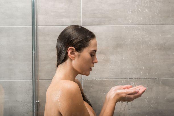 Kuuma suihku rentouttaa, mutta vaikuttaa ihoon negatiivisesti.