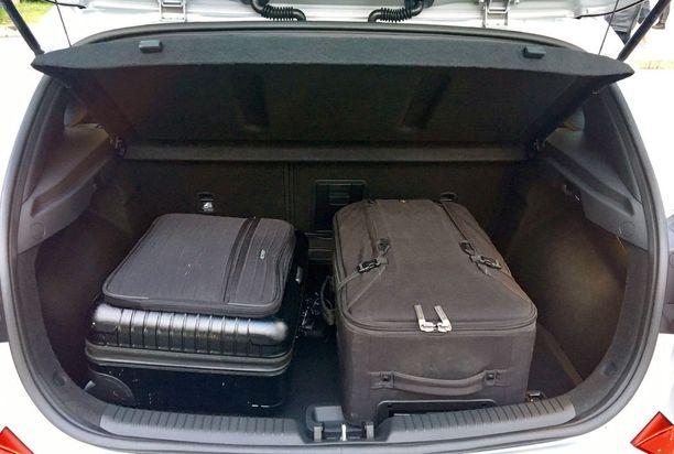 Tavaratilaa on 395/1301 litraa. Tässä kaksi lentolaukkua sijoitettuna siihen.
