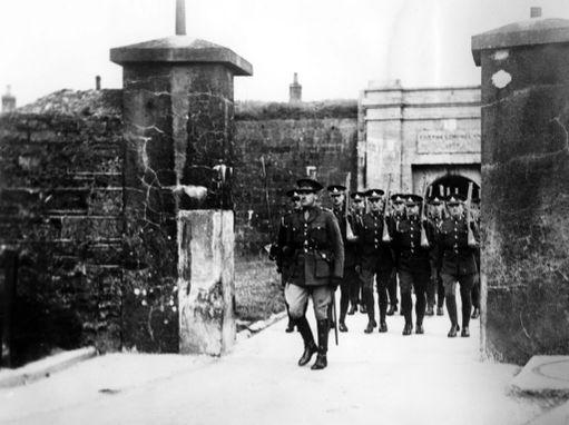 Birritjoukot jäivät Spike Islandille maan itsenäistyttyä 1920-luvulla. Irlantilaiset saivat linnoituksen haltuunsa vasta vuonna 1938. Kuva seremonioista, joilla valta vankilasaarella vaihtui.