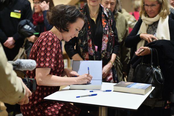 Suuri joukko yleisöstä jonotti omistuskirjoitusta Jenni Haukion kokoamaan antologiaan.