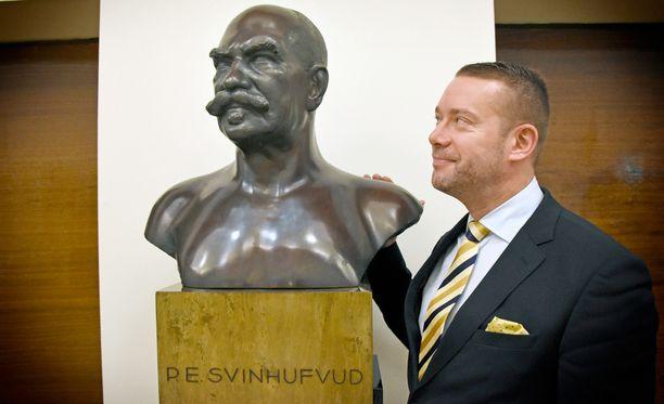 Eduskunnan valtiosalissa patsasteleva P. E. Svinhufvud toimi Suomen presidenttinä vuonna 1932, jolloin RKP edellisen kerran allekirjoitti ensimmäisenä hallitusta vastaan suunnatun välikysymyksen. Stefan Wallin puolestaan toimi RKP:n puheenjohtajana ja ministerinä vuosina 2006-2012.