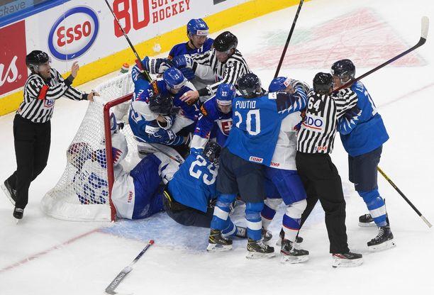 Tunteet kuumenivat Suomi–Slovakia-ottelun avauserässä.