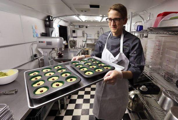 Alex Tretter kantoi pellillistä kannabista sisältäviä leivonnaisia Denverissä sijaitsevassa gourmet-leipomossa. Lain mukaan marihuanaleivonnaisten tulee erottua muista leivonnaisista merkinnöin.