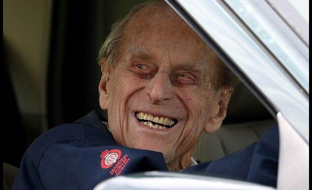 Hymyilevä prinssi Philip nähtiin nauravaisena kuninkaallisen auton kyydissä.