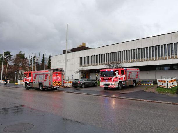 Moni sairaala-alueella tiistaina aamupäivällä ollut havaitsi paloautot ja pelastajat työn touhussa yliopiston patologian laitoksella.