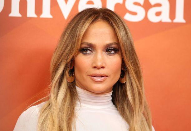 Jennifer Lopez paljastaa, kuka oli fanit säikäyttänyt mysteerimies treenikuvan taustalla.