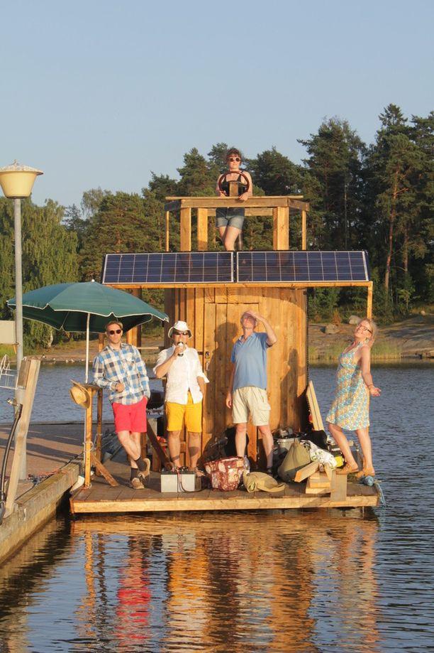 """Saunalautan rakentanut Janne Käpylehto kiittää hankkeesta ystäviään, """"jotka innostuvat helposti ja lähtevät auttamaan"""". Saunan ruodissa Tallinnaan lähtevä Maaria Laukkanen."""