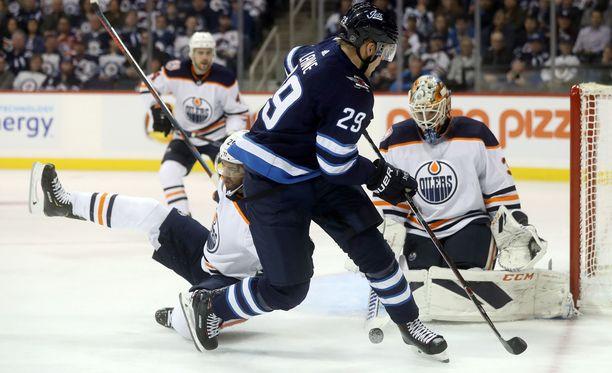 Winnipeg Jetsin Patrik Laine yrittää yllättää Edmonton Oilersin maalivahdin Cam Talbotin.